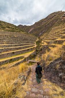 Explorer les sentiers et les terrasses incas de pisac, au pérou