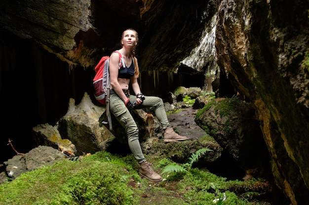 Explorez l'ancienne grotte de la forteresse