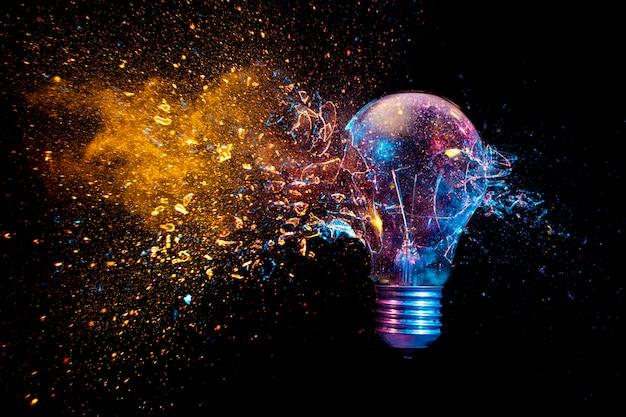Explosion d'une ampoule électrique traditionnelle. photo prise à grande vitesse