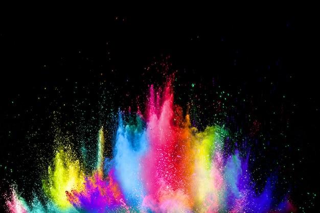 Explosion colorée pour la poudre happy holi. des particules multicolores éclatent ou éclaboussent.