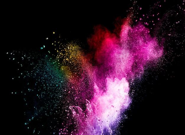 Explosion de couleurs de poudre abstraite isolée sur fond noir.