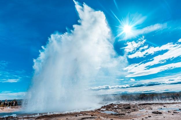 Explosion dans le geysir strokkur du cercle d'or du sud de l'islande