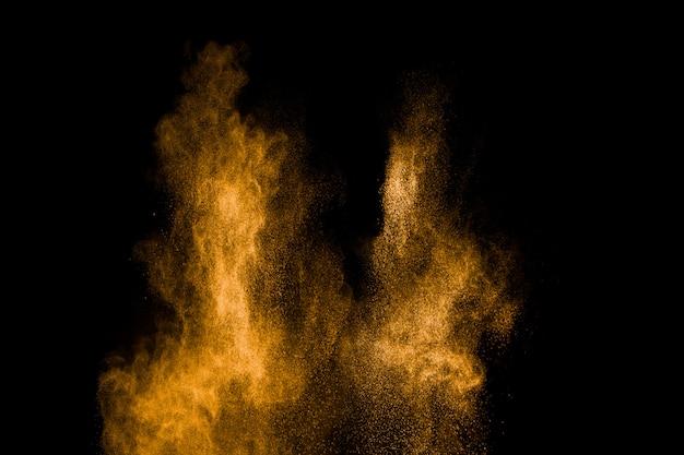Explosion de particules de poussière jaune