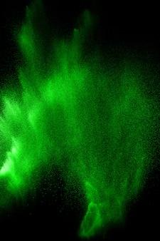 Explosion de particules vertes sur fond noir