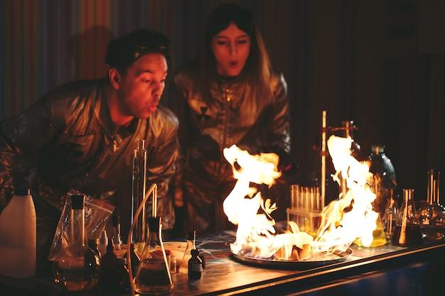 Explosion pendant l'expérience. expérience infructueuse dans le laboratoire de chimie.