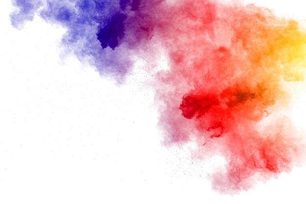 Explosion de poudre abstraite multi couleur sur fond blanc.