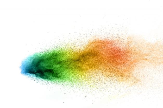 Explosion de poudre abstraite multicolore sur fond blanc.
