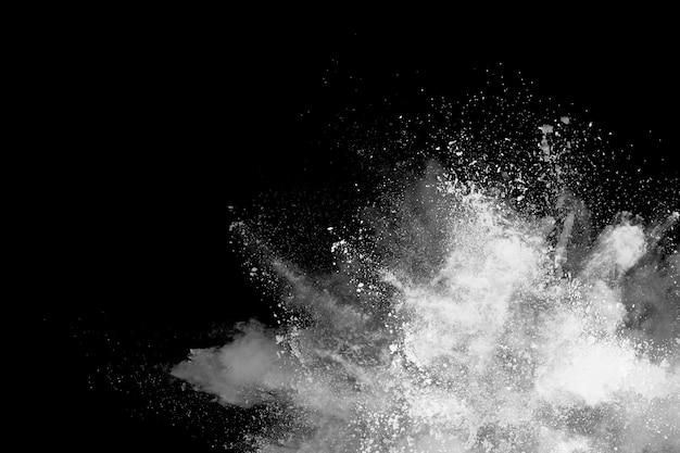 Explosion de poudre blanche sur fond noir.
