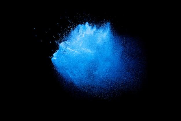 Explosion de poudre bleue dans le noir