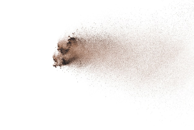 Explosion de poudre brune isolée sur fond blanc.