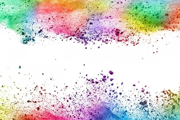 Explosion de poudre colorée sur blanc.