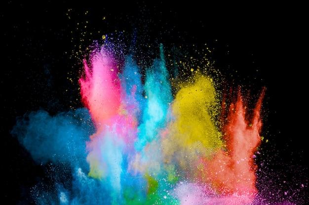Explosion de poudre colorée dans le noir