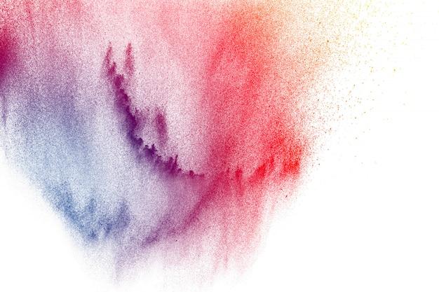 Explosion de poudre colorée sur fond blanc. éclaboussures de particules de poussière de couleur pastel abstraite.