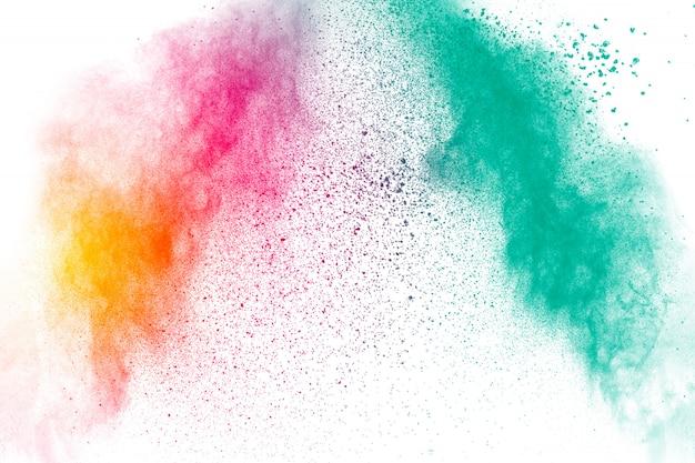 Explosion de poudre colorée sur fond blanc