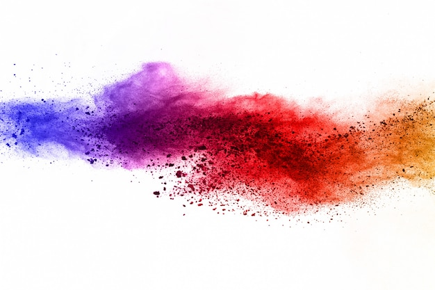 Explosion de poudre colorée sur fond blanc.