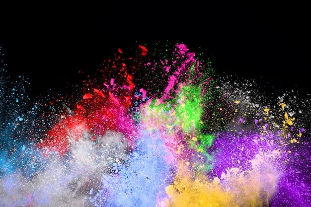 Explosion de poudre colorée sur fond noir.