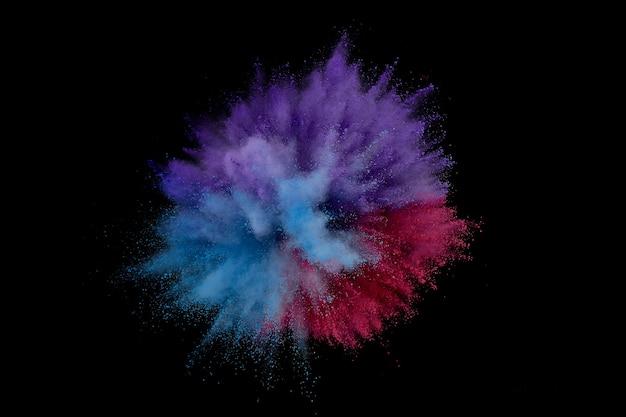 Explosion de poudre colorée. gros plan abstrait poussière sur toile de fond. explosion colorée. peinture holi