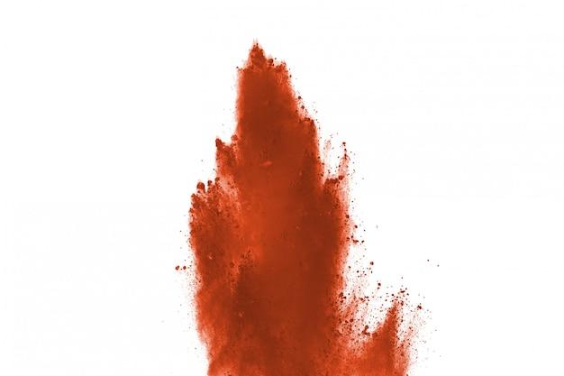 Explosion de poudre de couleur marron sur fond blanc