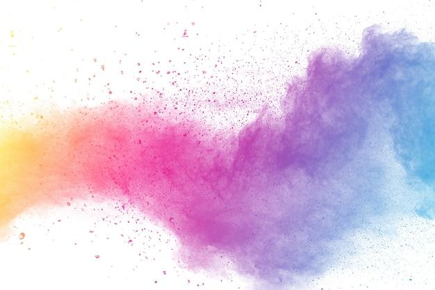 Explosion de poudre de couleur multi sur fond blanc.
