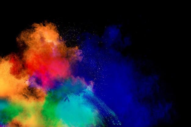 Explosion de poudre de couleur multi isolée sur fond noir.