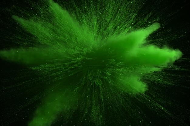 Explosion de poudre de couleur verte isolée