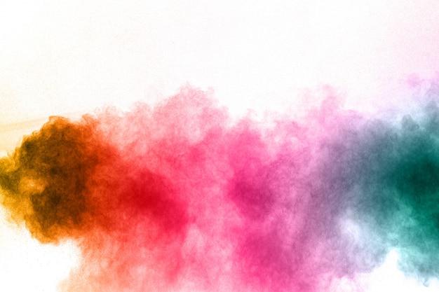 Explosion de poudre multi couleur sur fond blanc.