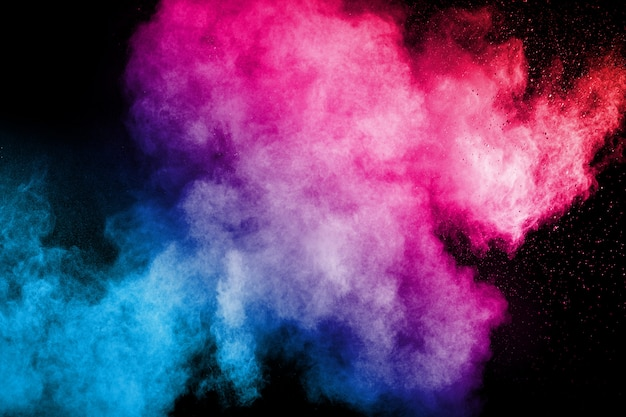 Explosion de poudre multi couleur sur fond noir.
