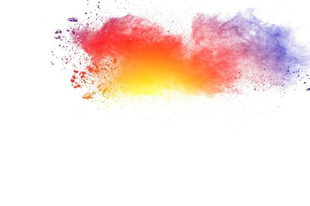 Explosion de poudre multicolore abstraite sur fond blanc.