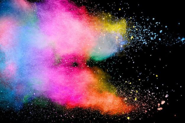 Explosion de poudre multicolore abstraite sur fond noir.