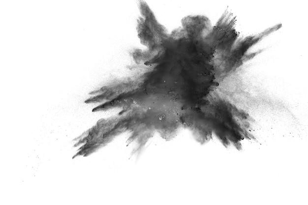 Explosion de poudre noire isolée sur fond blanc