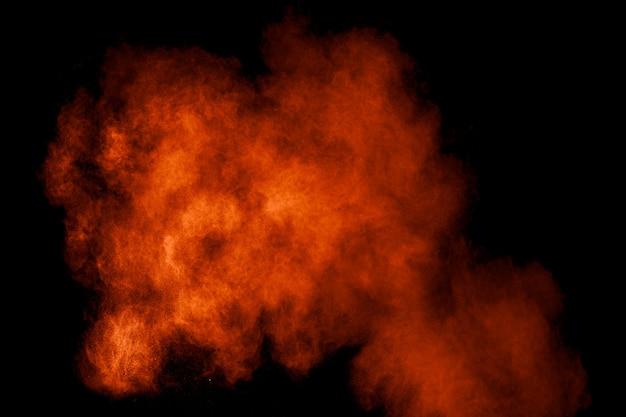 Explosion de poudre orange dans le noir