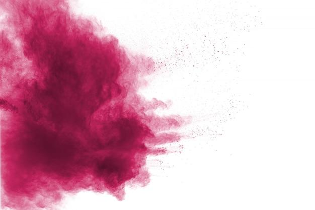 Explosion de poudre rouge sur fond blanc.