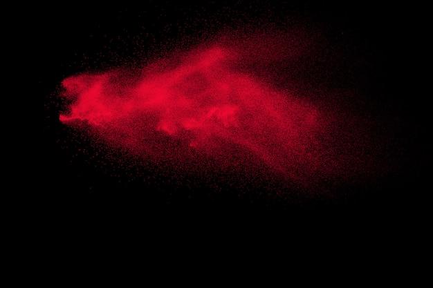Explosion de poudre rouge sur fond noir