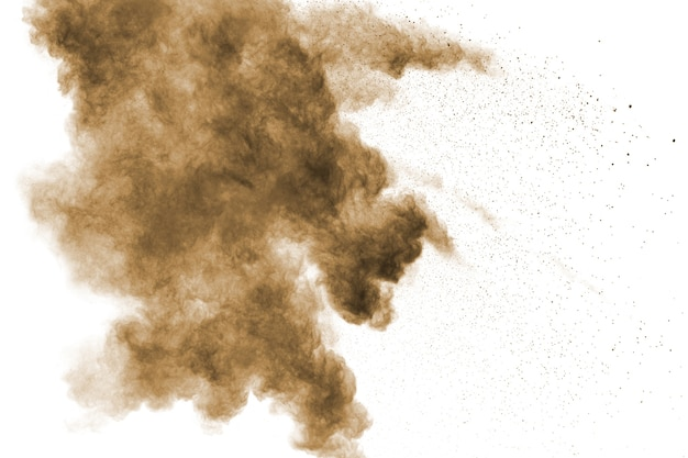 Explosion de poussière abstraite brun foncé sur fond blanc.