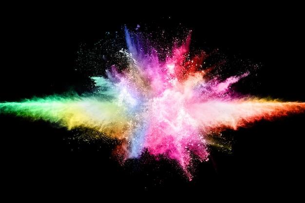 Explosion de poussière abstraite de couleur sur un fond noir.