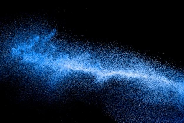 Explosion de poussière bleue sur fond noir