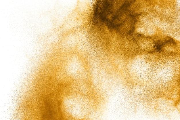 Explosion de poussière brune abstraite sur fond blanc.