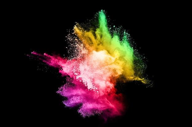 Explosion de poussière de couleur abstraite sur fond noir