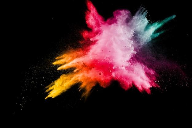 Explosion de poussière de couleur sur fond.