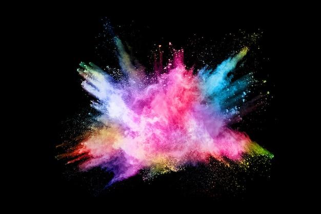 Explosion de poussières colorées abstraites sur fond noir