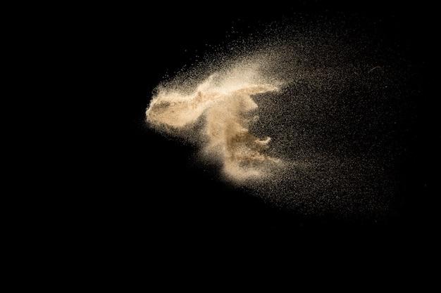 Explosion de sable isolée sur fond noir