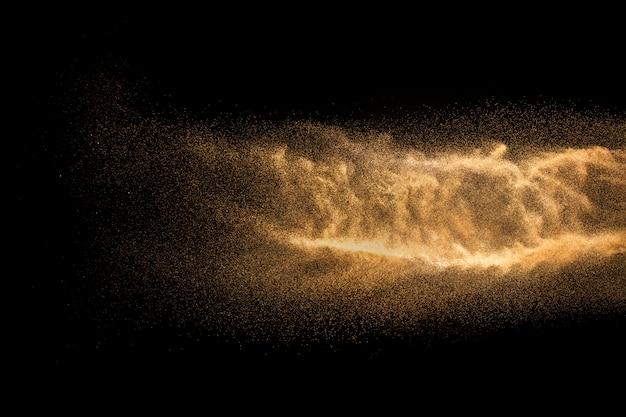 Explosion de sable de rivière à sec. nuage de sable abstrait. éclaboussure de sable de couleur marron
