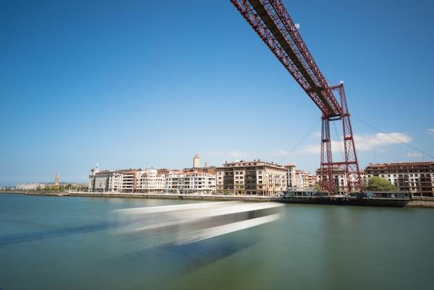 Exposition à la lumière du jour du pont suspendu de vizcaya et de la rivière nervion à portugalete, bilbao,