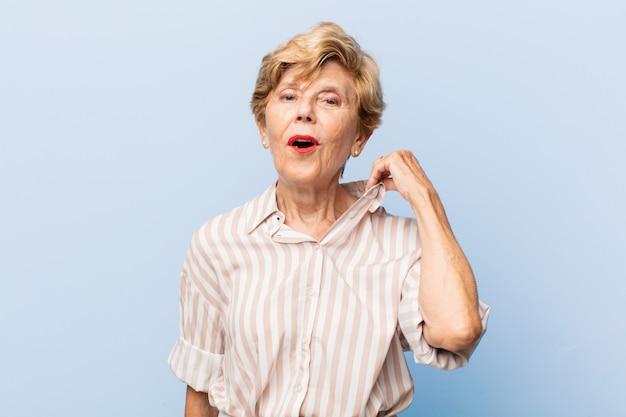 Expressif belle femme âgée