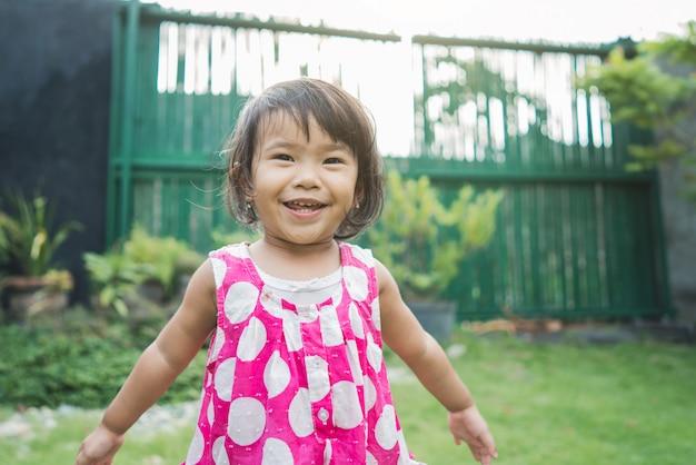 Expression de bel enfant heureux à la maison arrière-cour
