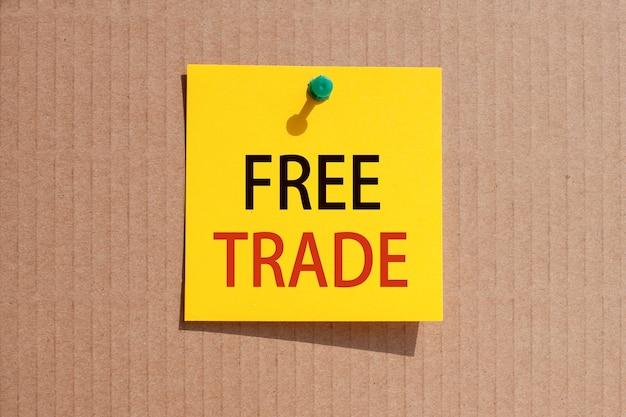 Expression commerciale - marché des devises - écrit sur papier carré jaune et épinglé sur carton