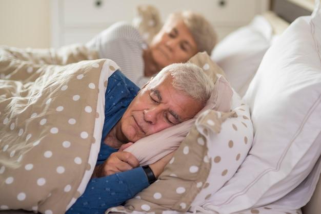 Expression faciale calme du mariage senior endormi