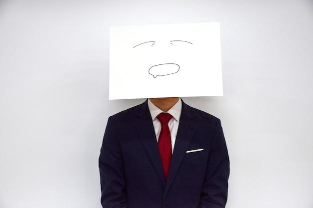 Expression faciale d'une personne en papier