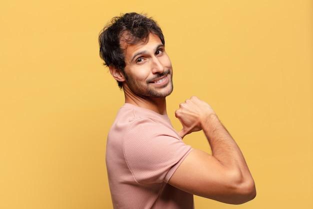 Expression fière de jeune bel homme indien