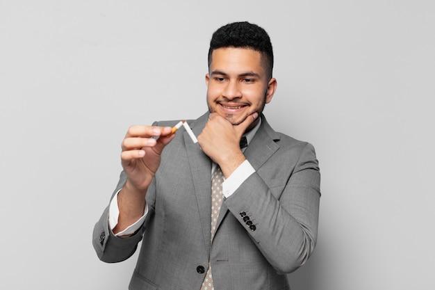 Expression heureuse d'homme d'affaires hispanique. arrêter de fumer concept